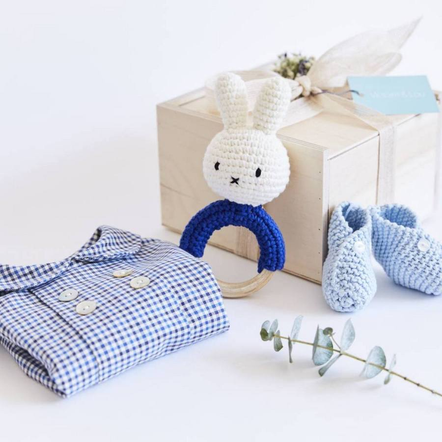 So, your friend or family member is expecting a bouncing baby boy soon and has invited you to her shower? Now you just need to scour the stores for a cute baby shower gift.