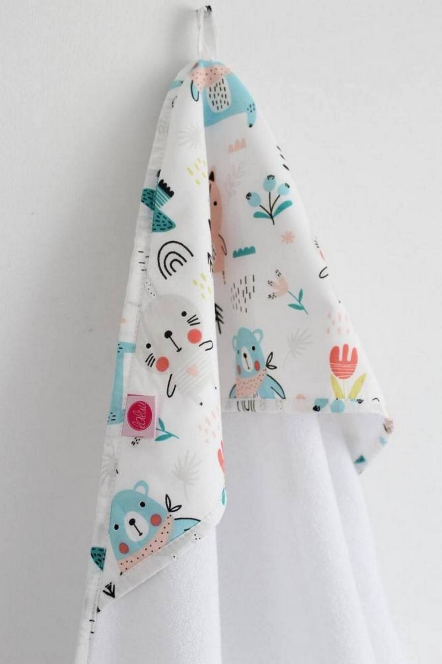The little ones deserve comfort and softness at all times. And, as we said before, the preparation of the outfit needs to be carefully done. An essential part of this set of articles, the baby bath towel is one of their greatest allies.