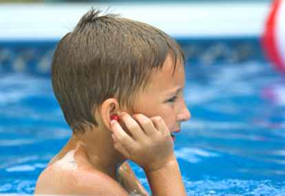 cara mengatasi telinga kemasukan air pada anak