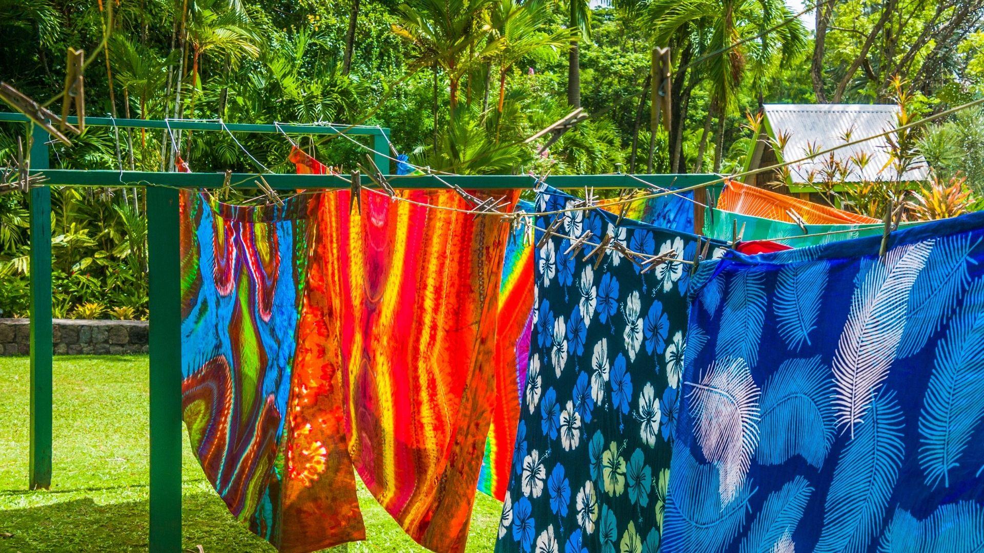 Saat menjemur kain batik foto by. Canva