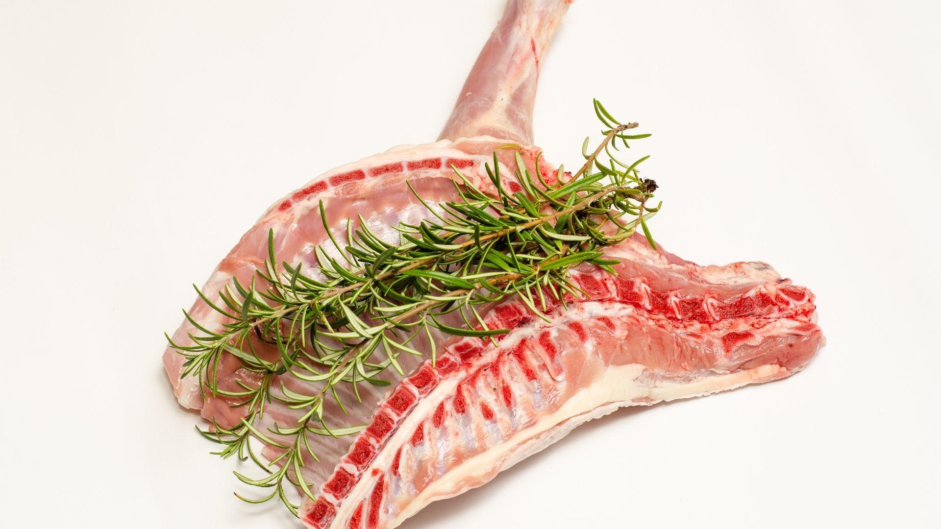 Daging kambing mentah yang sehat siap untuk dioleh/ foto edit by. canva