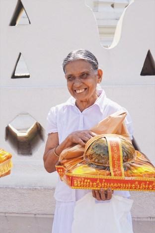 photo tour of sri lanka - woman in kandy