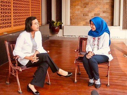 Raeni saat diwawancarai oleh Menkeu Sri Mulyani Kisah Sukses Raeni, Anak Tukang Becak Sukses Raih Gelar Doktor di Inggris