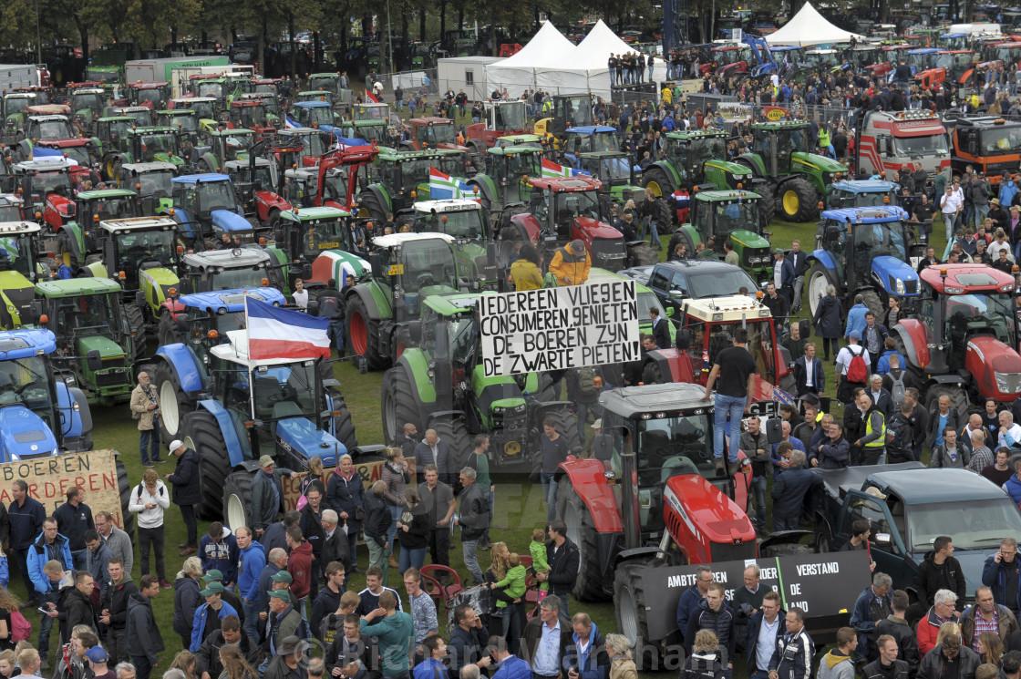 https www picfair com pics 09096951 den haag nederland 1 oktober 2019 boerenprotest op het malieveld in den haag
