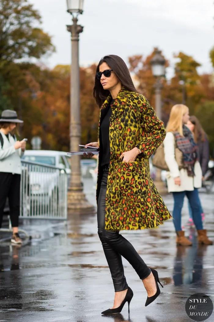 Street style com animal print para iniciantes. Skinny preta de couro, camiseta preta e casaco de leopardo colorido.