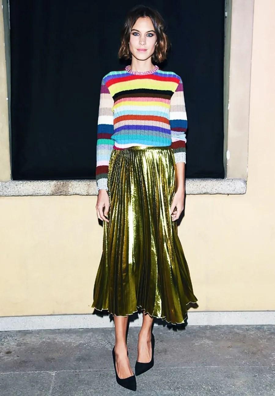 Foto de street style mostrando como usar a saia de gala no dia a dia com listras coloridas.