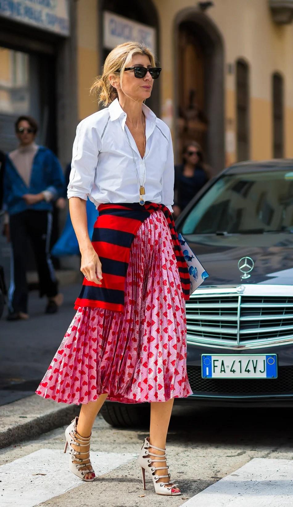 Foto de street style mostrando como usar a saia de gala no dia a dia com camisa social.