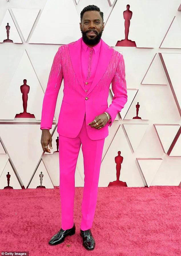 Colman Domingo no red carpet do Oscar 2021 usando um terno completo pink com brilhos e sapato social preto.