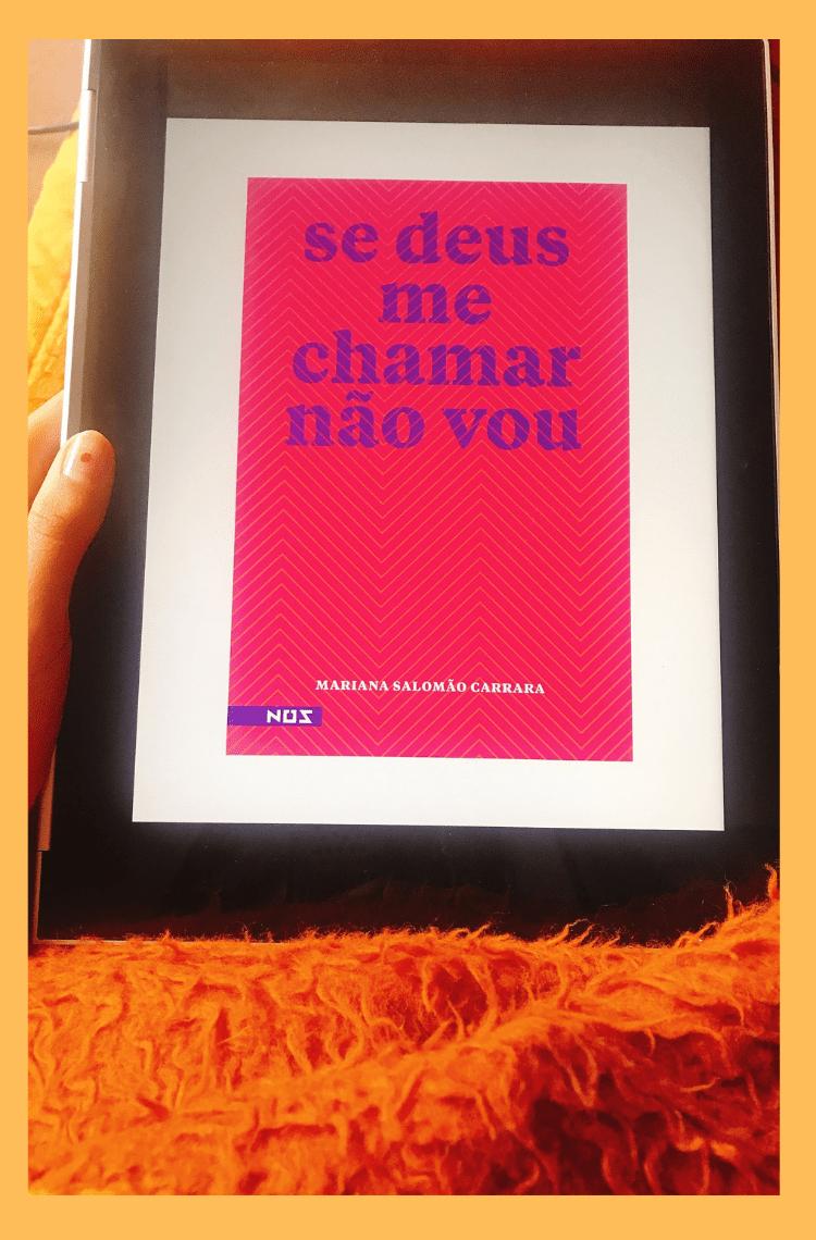 """Foto vertical com borda amarela. Na foto, uma mão segura um tablet com a capa rosa e o texto se deus me chamar não vou"""""""