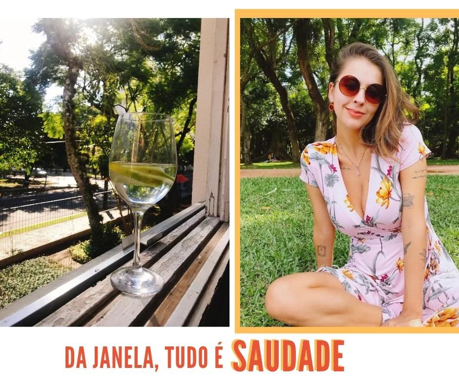 """Montagem com duas fotos dispostas lado a lado com fundo branco. Na primeira foto, alinhada à esquerda, está uma taça de vidro com água e limão posicionada em uma janela de madeira com vista para uma rua, com muitas árvores verdes e raios de sol. Na segunda foto, alinhada à direita, Marcie está sentada na grama, com várias árvores de fundo, sorrindo levemente para a câmera. O look é um vestido envelope de mangas curtas com flores amarelas e roxas, óculos escuros redondos marrom e brinco laranja em círculo. Abaixo das duas fotos, está o texto, escrito em laranja com letras maiúsculas """"Da janela, tudo é saudade""""."""