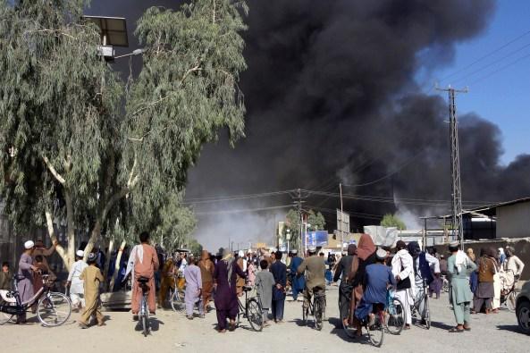 Afghans watch smoke over Kandahar southwest of Kabul capital, weekend / Photo: Associated Press, Sidiqullah Khan