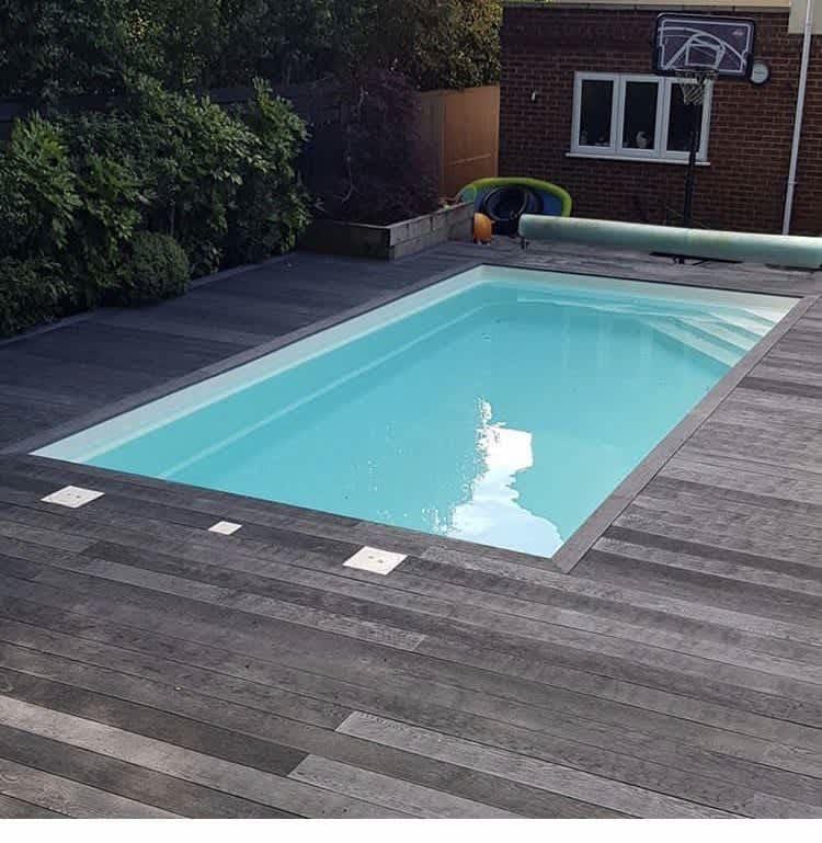 Terrasse piscine en bois brûlé.