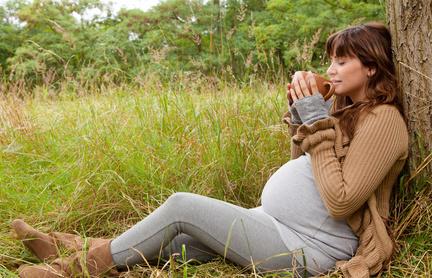 Schwangere, sitzend gegen einen Baum gelehnt und träumend. Quelle: Fotolia_34008522_XS_© the rock - Fotolia.com
