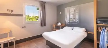 an affordable hotel in creil book