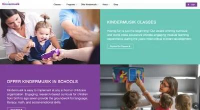 Site Web de Kindermusik - les tout-petits jouent avec un mini xylophone