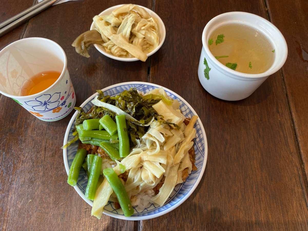 宜蘭舊城區-金澤魯肉飯:魯肉飯+筍絲+菜頭湯