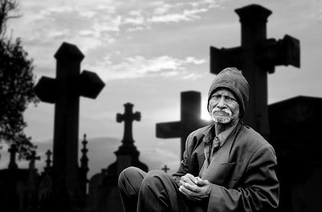 hombre sentado en un cementerio