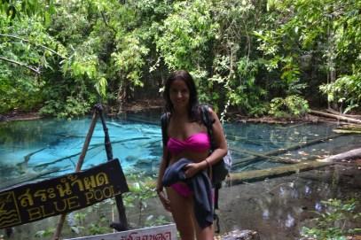 Stéphanie devant la esmerald pool a krabi en Thailande