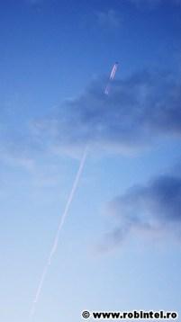 Spectaculos - Avion cu reactie zburand spre Est, cu jetul rosu de la apus