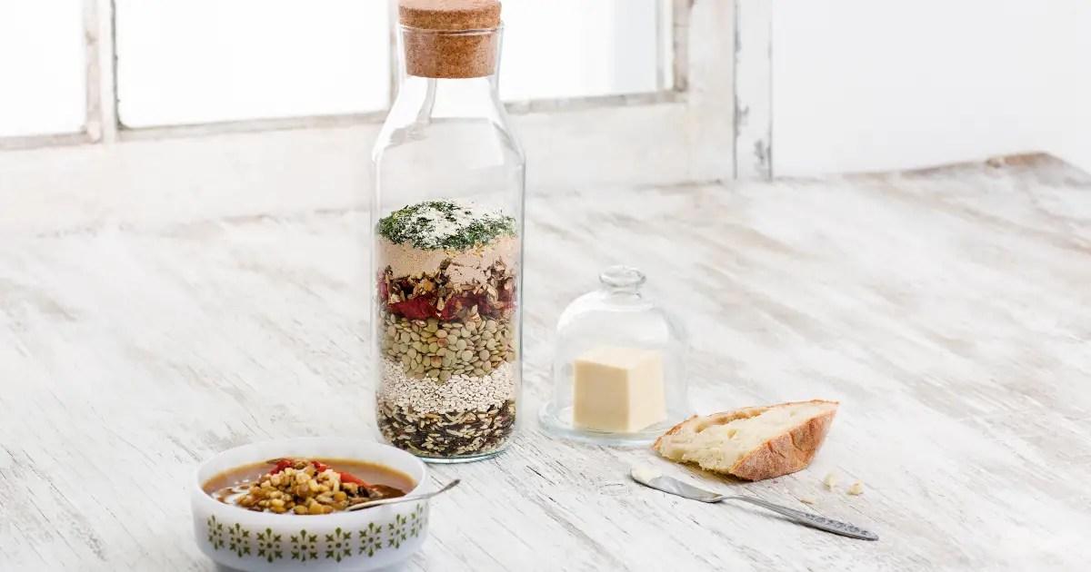 soupe maison dans un pot aux tomates sechees aux champignons et au riz sauvage