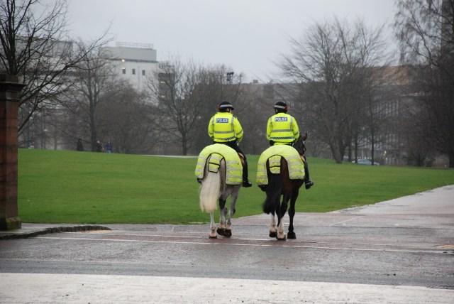 Police montée Écossaise! (Au Royaume Uni, ils aiment beaucoup le jaune fluo)
