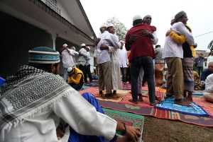 Sejumlah imigran Rohingya dan Bangladesh saling bermaafan usai melaksanakan Salat Ied di Medan, Sumatera Utara, Jumat (17/7). Sebanyak 96 warga muslim imigran Rohingya asal Myanmar dan Bangladesh yang berada di penampungan di kota Medan ikut menyambut Hari Raya Idulfitri 1436 H dengan cara sederhana dan menyisakan harapan agar konflik dinegaranya segera berakhir. ANTARA FOTO/Septianda Perdana/hp/15