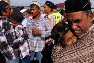 Pengungsi Rohingya saling berpelukan dan menangis usai melaksanakan salat Idul Fitri di penampungan sementara Desa Blang Ado, Kuta Makmur, Aceh Utara, Jumat (17/7). Para pengungsi larut dalam kesedihan mengingat keluarga mereka yang meninggal dunia selama terombang ambing di laut dan karena kekejaman di negara mereka. ANTARA FOTO/Rahmad/foc/15.