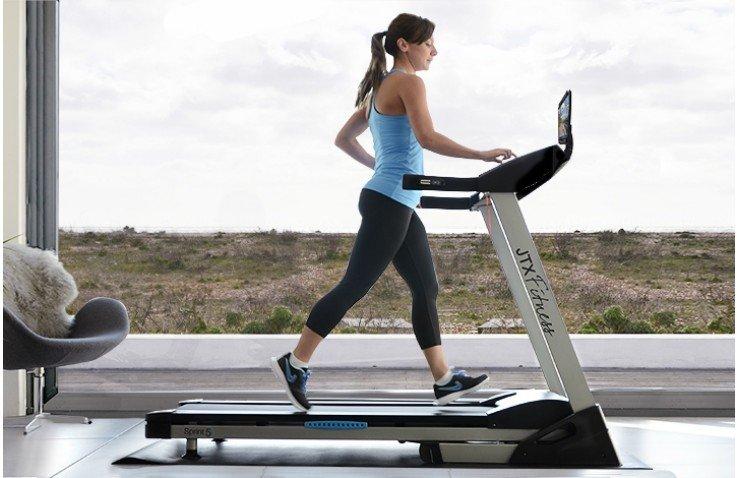 Foto : doc. IDigThePig.com . Melakukan olahraga ringan di rumah dengan tradmill
