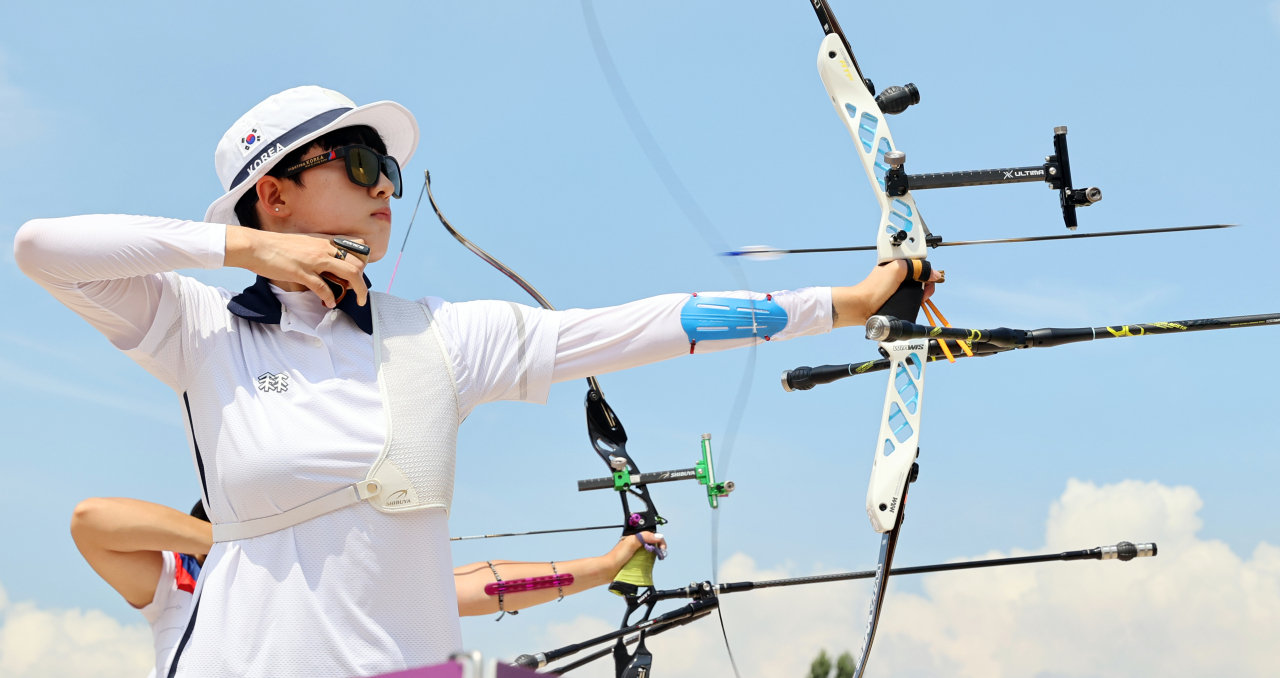 South Korean archer An San competes in the women's ranking round at the Tokyo Olympics at Yumenoshima Park Archery Field in Tokyo on Friday. (Yonhap)