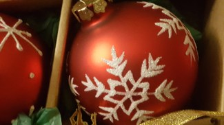 red-snowflake-ornament