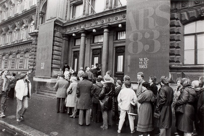 People queuing for the 'ARS 83 HELSINKI' exhibition at the Ateneum Art Museum in autumn 1983. Photographer Ilkka Leino. Photo: Archive Collections, Finnish National Gallery