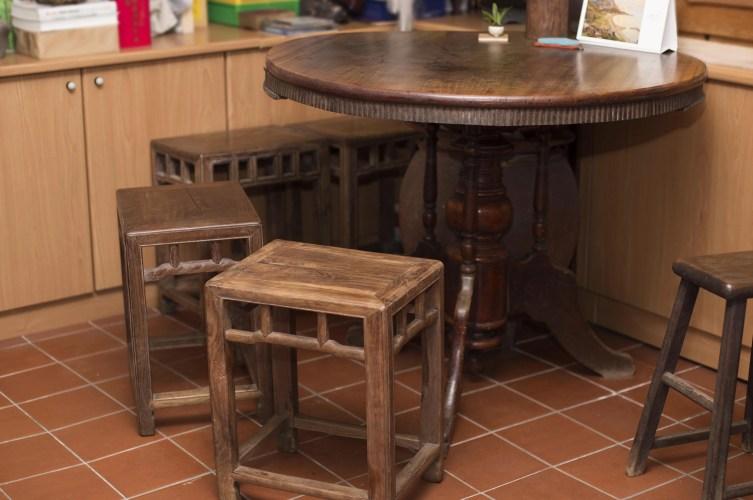 舊家具啟發了余舜德的研究興趣,直到現在他的研究室中,仍然擺著好幾張很有歲月痕跡與韻味的舊桌椅。攝影│張語辰