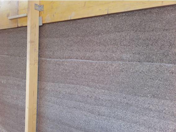 Mur en béton de chaux-chanvre banché