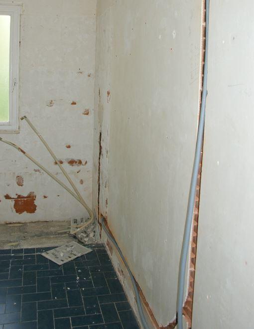 Saignée verticale et horizontale briques salle de bain