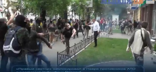 Les « troupes d'assaut » ukrainiennes attaquent une Eglise et une banque russes à Kiev