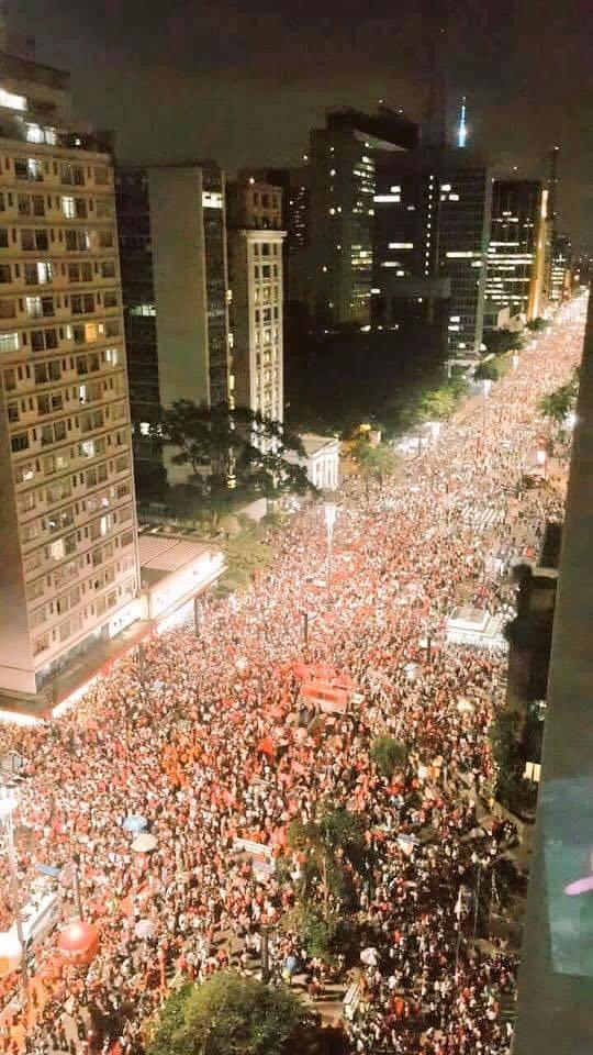 foule manifestant contre la droite et l'extrêle-droite et leurs tentatives de coup d'Etat