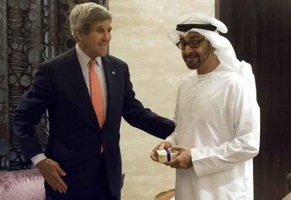 Le cheikh Mohammed ben Zayed al-Nahyane (à droite), prince héritier d'Abu Dhabi et vice-commandant suprême des forces armées des EAU, rencontre le secrétaire d'État américain John Kerry (AFP)