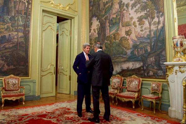Le secrétaire d'État des USA John Kerry discute avec le ministre des Affaires étrangères russe Sergei Lavrov à l'extérieur d'une salle de la maison d'hôte Osobnyak à Moscou, en Russie, le 15 juillet 2016. [photo : département d'État]