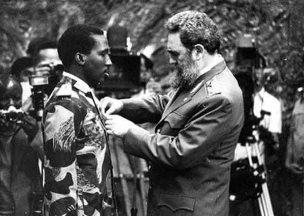 Fidel Castro décore Thomas Sankara de la médaille de l'ordre de José Marti en septembre 1984 - See more at: http://www.investigaction.net/fidel-castro-thomas-sankara-cuba-burkina-des-liens-encore-meconnus/#sthash.7iXeJ1QQ.dpuf