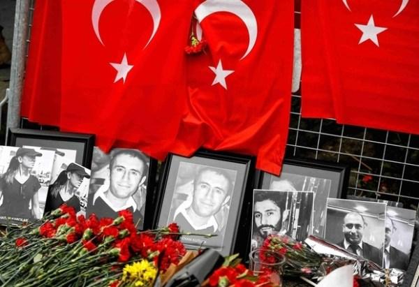 Des fleurs et des photos de victimes sont placées près de l'entrée du night-club Reina à Istanbul le 3 janvier après une attaque revendiquée par l'État islamique (Reuters)