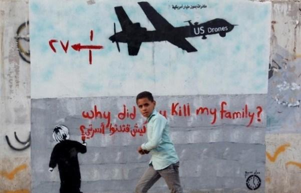 Un garçon yéménite passe devant une peinture murale représentant un drone américain avec l'inscription « Pourquoi avez-vous tué ma famille ? » (AFP)