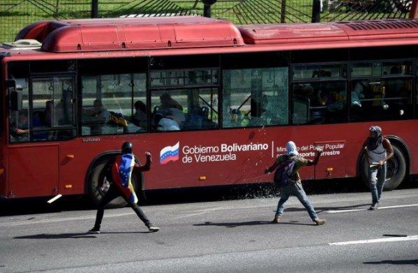 « Manifestants pacifiques » attaquant les passagers d'un transport en commun à Caracas