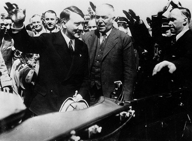 Adolf Hitler, à gauche, le chancelier nazi d'Allemagne, et Konstantin von Neurath, ministre allemand des Affaires étrangères, (au centre) à leur retour à Munich en Allemagne, après leur rencontre avec le Premier ministre d'Italie Benito Mussolini, le 25 juin 1934.