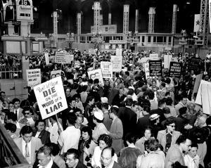 Des supporters de Julius et Ethel Rosenberg manifestent devant Penn Station à New York durant leur procès.