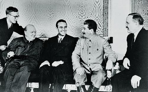 Lors des entretiens à Moscou: Churchill, l'ambassadeur britannique Harriman, Staline, le ministre des Affaires étrangères Molotov