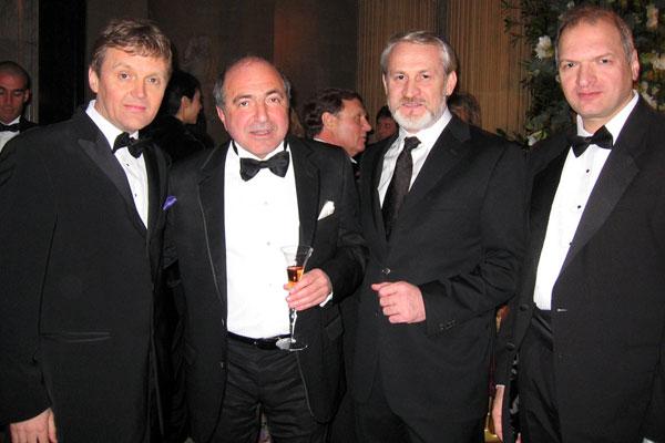 De gauche à droite: Alexander Litvinenko, Boris Berezovsky, le leader tchétchène Ahmed Zakaev et l'écrivain Yury Felshtinsky célébrant le 60e anniversaire de Berezovsky à Londres, en janvier 2006.