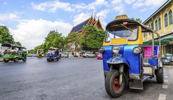 Les tuks tuks sont un mode de transport local clé à Bangkok