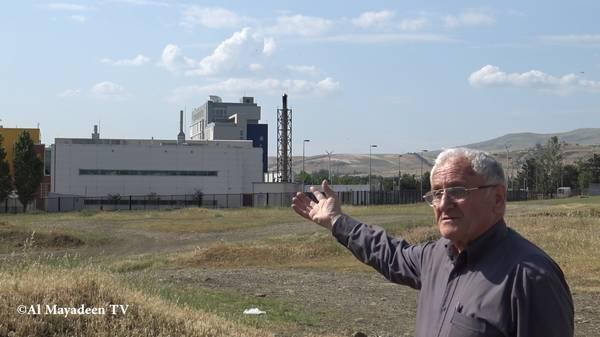 Albert Nurbekyan, qui vit à environ 300 m du laboratoire, montre les quatre cheminées du Centre Lugar qui dégagent de la fumée la nuit. (©Al Mayadeen TV)