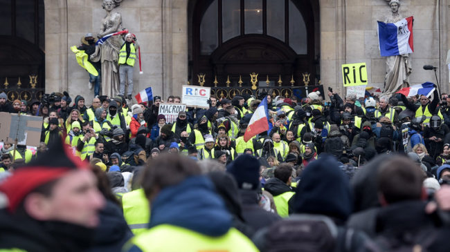 Une minute de silence à la mémoire des victimes de Strasbourg et des huit morts lors des soulèvements Gilets Jaunes.