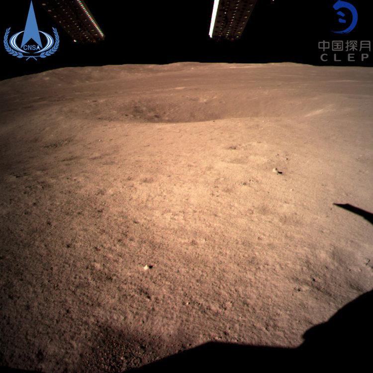 Photographie panoramique prise par Chang's 4 peu de temps après s'être posé sur le bassin d'Aitken, près du pôle Sud de la face cachée de la lune.